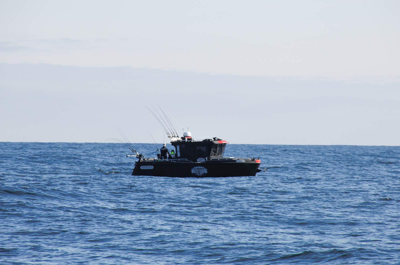 Offshore-Trollingboot beim Fischen